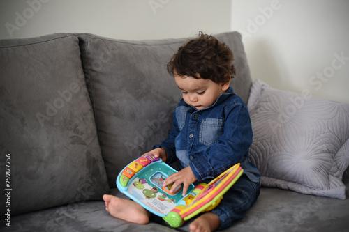 Jeune Bebe Jouant Avec Un Livre Musical Educatif Stock