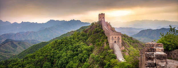 Photo sur Plexiglas Muraille de Chine Große Mauer in China Panorama bei Sonnenuntergang
