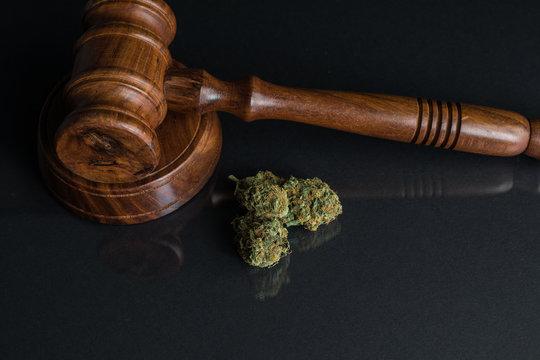Legalisierung von Cannabis Nahaufnahme von Cannabis und Richterhammer