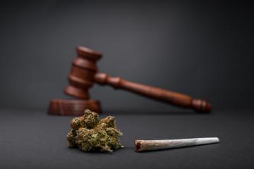 Cannabis Legalisierung Gesetz mit Hanf Knospen mit Richter Hammer mit dunklem Hintergrund