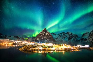 Foto auf Gartenposter Nordlicht Aurora borealis over mountains in fishing village