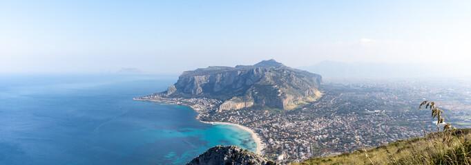 La pose en embrasure Palerme Golfe de Mondello et Monte Pellegrino, Palerme, Sicile