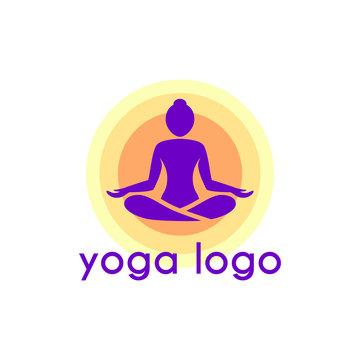 Yoga logo design posizione viole colorato emblema icona piatto disegno vettoriale geometrico meditazione donna