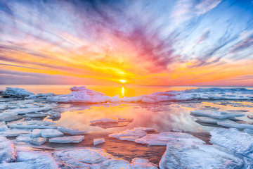 Photo sur Plexiglas Bleu ciel Fantastic view of the sea landscape with ice floe. Sunset at the Baltic sea