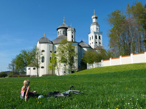 Bayern - Radfahrerin genießt den Ausblick
