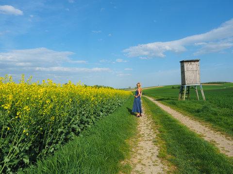 Bayern - Frau genießt den Frühling
