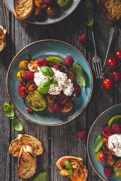 Salade de Tomate Heirloom, Burrata, Framboise pour l'été