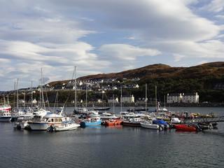 Bunte Boote im Hafen von Mallaig in Schottland bei sonnigem Wetter und blauem Himmel