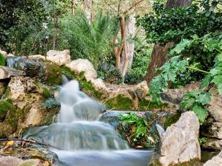 Mały wodospad pośrodku greckiego parku