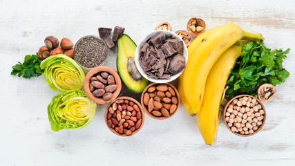 Foods containing natural magnesium. Mg: Chocolate, banana, cocoa, nuts, avocados, broccoli,...