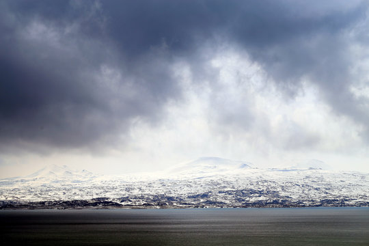 Photo background mountain landscape on a cloudy snowy day