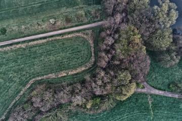 Feld von oben aus der Draufsicht mit Wald und Feldwegen