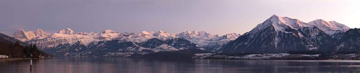 Fotobehang Alpen Panoramic view of lake and snow mountains. Shot taken in Thun with bernese alps and lake thun in the frame.