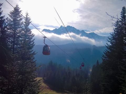 秋のピラトゥス山のロープウェイ(スイス・オプヴァルデン準州、ニトヴァルデン準州、ルツェルン州)