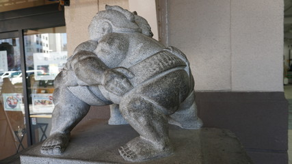 両国の相撲石像