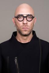 Ritratto con occhiali