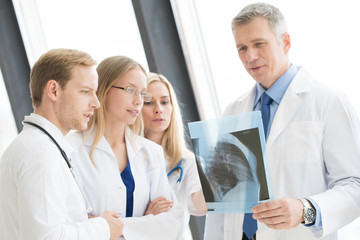Medical colleagues discuss x-ray