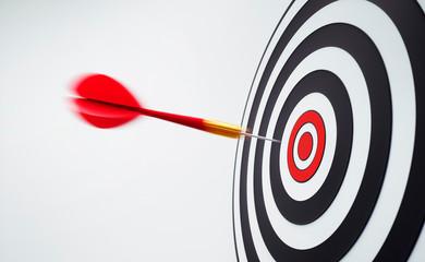 Roter Dartpfeil in Bewegung mit Zielscheibe