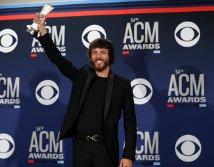 """54th Academy of Country Music Awards – Photo Room – Las Vegas, Nevada, U.S., April 7, 2019 – Chris Janson poses backstage with his Video of the Year award for """"Drunk Girl\"""