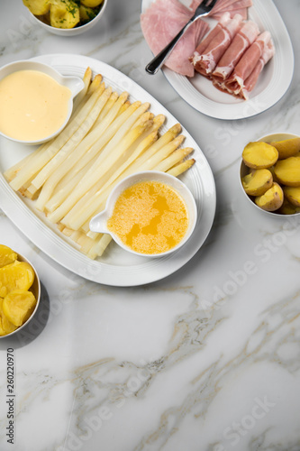 Platte Weißer Spargel Mit Sauce Hollandaise Zerlassener Butter