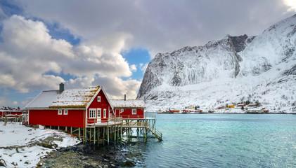 rote Holzhäuser am Fjord