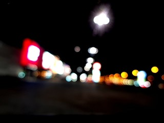 Obraz Rozmyty widok z oddali na miasto późną porą - fototapety do salonu