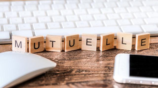 Lettres sur pieces en bois : mutuelle