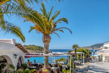 An der Strandpromenade in Sant Elm auf Mallorca