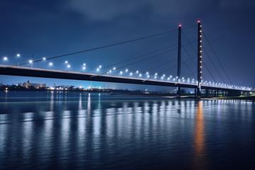 Oberkasseler Brücke in Düsseldorf am Rhein bei Nacht, während der blauen Stunde