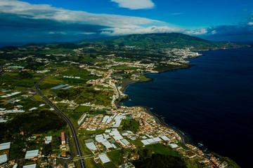 São Miguel - Azoren aus der Luft. Ponta Delgada - Sehenswürdigkeiten der Azoren von oben