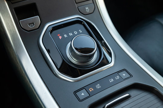 Gearbox gearbox selector in the form of a retractable washer in the center console of the instrument panel