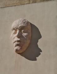 Kopfskulptur mit Schatten
