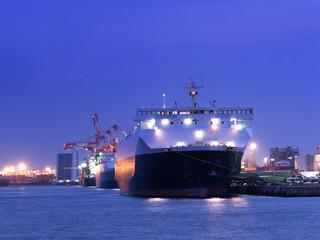 Fototapete - 停泊中の貨物船