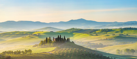 Photo sur Aluminium Piscine Beautiful foggy landscape in Tuscany, Italy