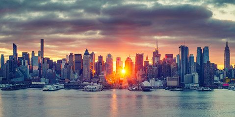 Wall Mural - Cloudy sunrise over Manhattan, New York, USA