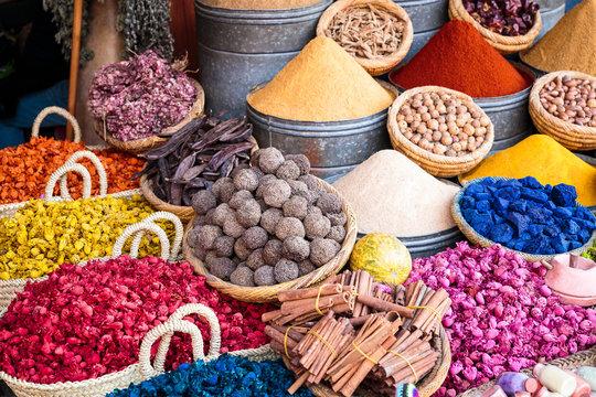 marché d'épice et de saveur dans le souk de marrakech au maroc