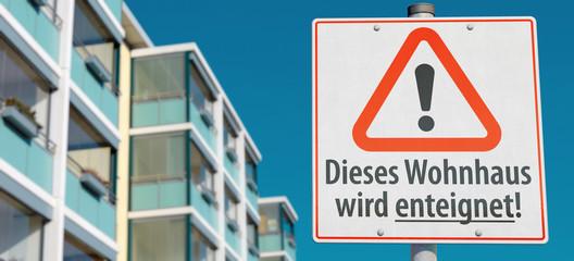 Schild: Dieses Wohnhaus wird enteignet!
