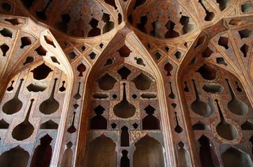 bogato zdobione trójwymiarowe powycinane sklepienie w pałacu Ali Qapu isfahanie