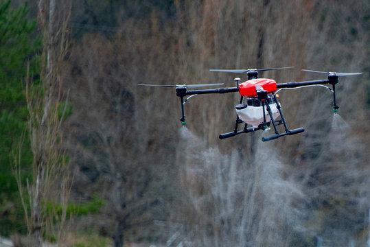 農薬散布用ドローンが飛ぶ風景をアップでとらえた