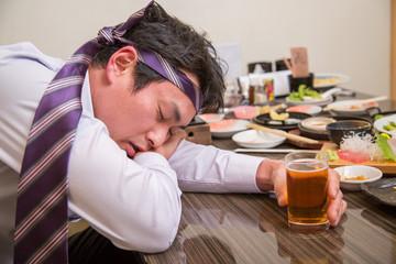 酔いつぶれる男性 Fototapete