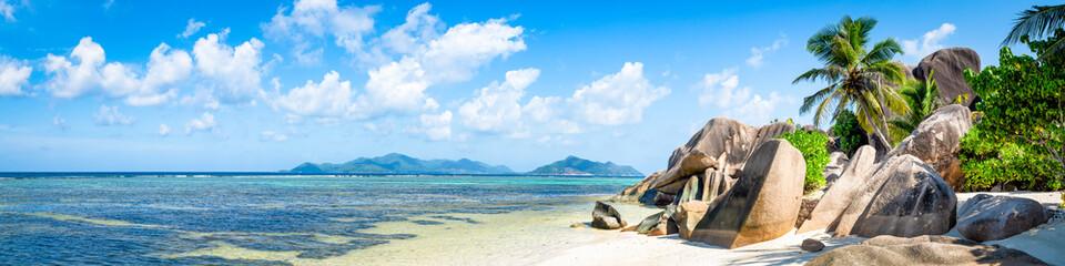 Spoed Fotobehang Blauw Tropische Insel mit Strand als Panorama Hintergrund
