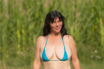 Ältere Frau mit grosser Oberweite im Bikini