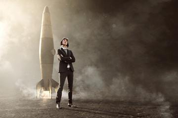 Geschäftsmann steht vor Rakete