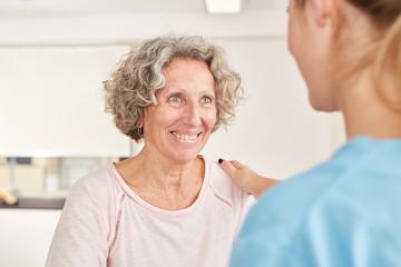 Therapeutin motiviert Senior Frau in der Reha
