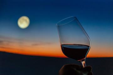 Weinverkostung vor romantischer abendlicher Kulisse