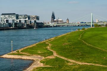 Stadtpanorama Köln mit Dom und Groß St. Martin mit der Severinsbrücke