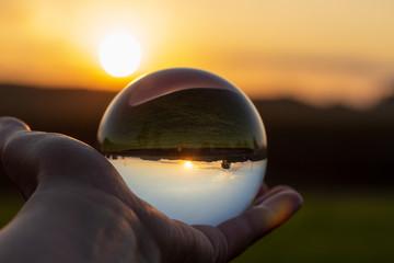 Die Landschaft durch eine Kristallkugel sehen