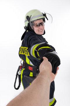 Feuerwehr Rettungsdienst Notarzt reicht helfende Hand