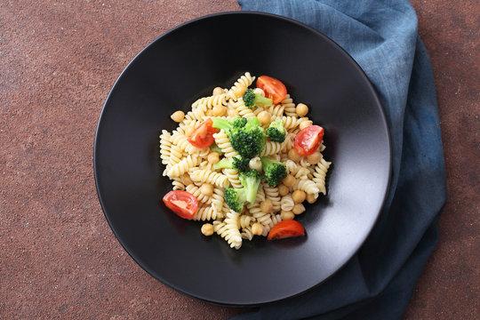 pasta vegetariana con ceci broccoli e pomodori