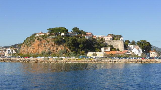 Bandol, côte et corniche Bonaparte vues depuis la mer (France)